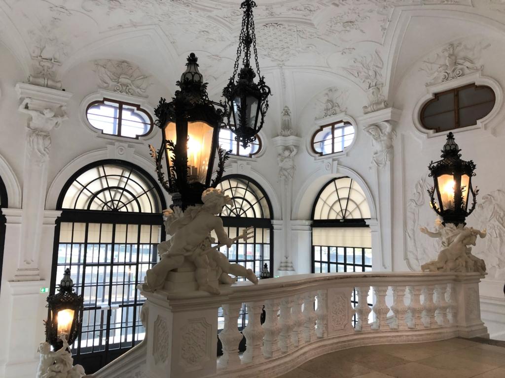 ベルベデーレ宮殿の階段上の豪華なライト