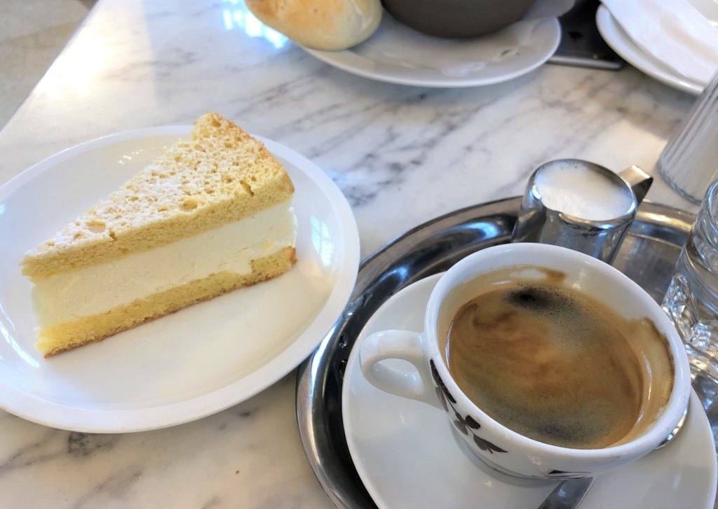 ベルベデーレ宮殿の中のカフェのケーキとコーヒー