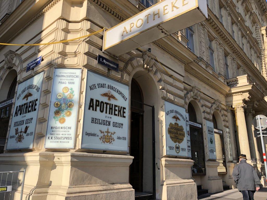 ウィーンの古い薬局内のアンティーク調の薬棚