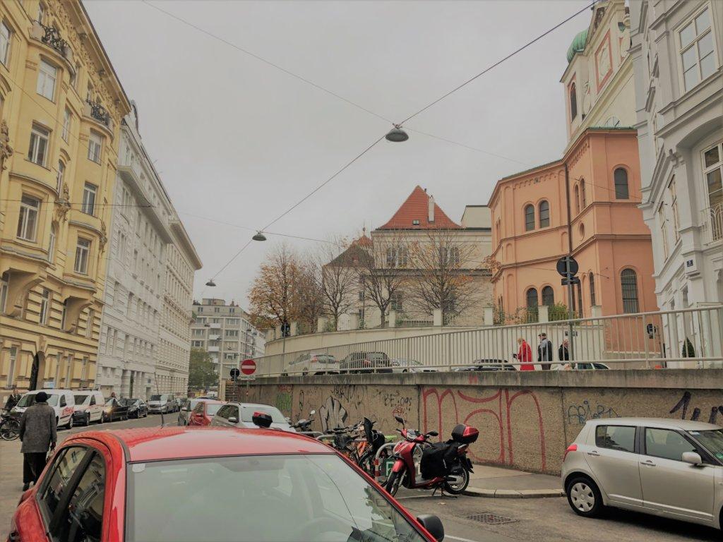 ウィーンのカラフルな建物と車やバイク