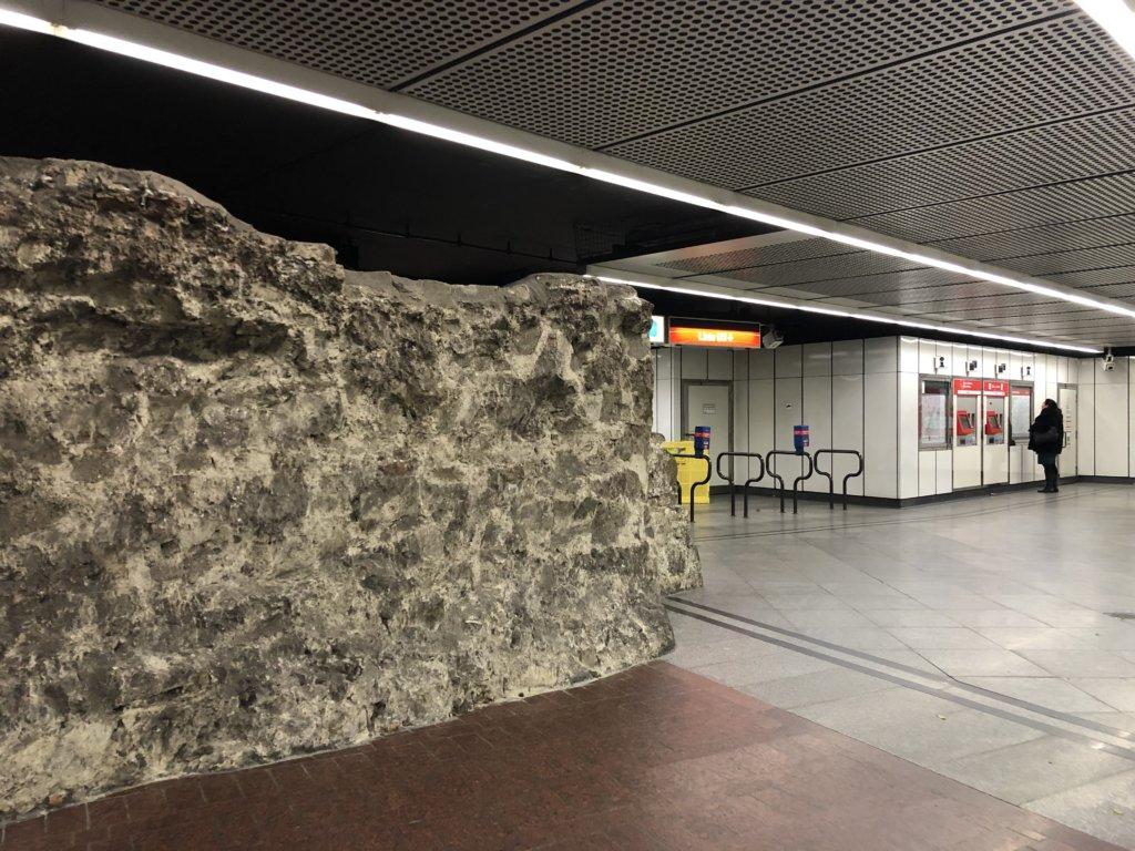 ルネッサンス時代の城壁をそのまま残したStubentor駅