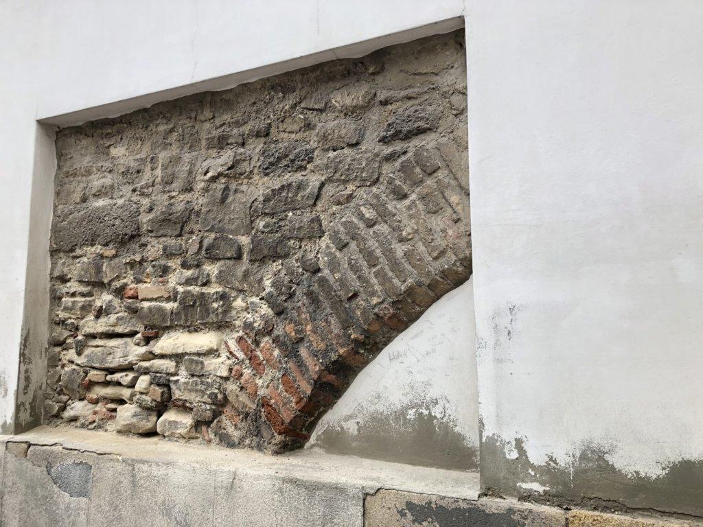 ウィーンの街中で漆喰の壁から古い壁が見えている