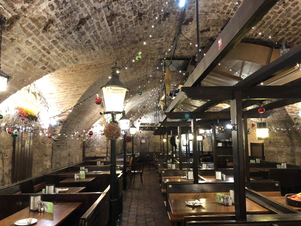 地下レストランZwölf-Apostelkeller(ツヴェルフ・アポステルケラー)のレンガ造りの内観