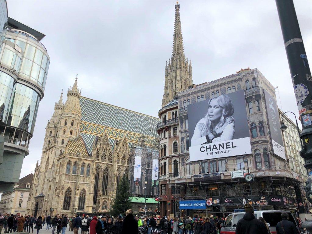 ウィーンシュテファン大聖堂とCHANELの広告
