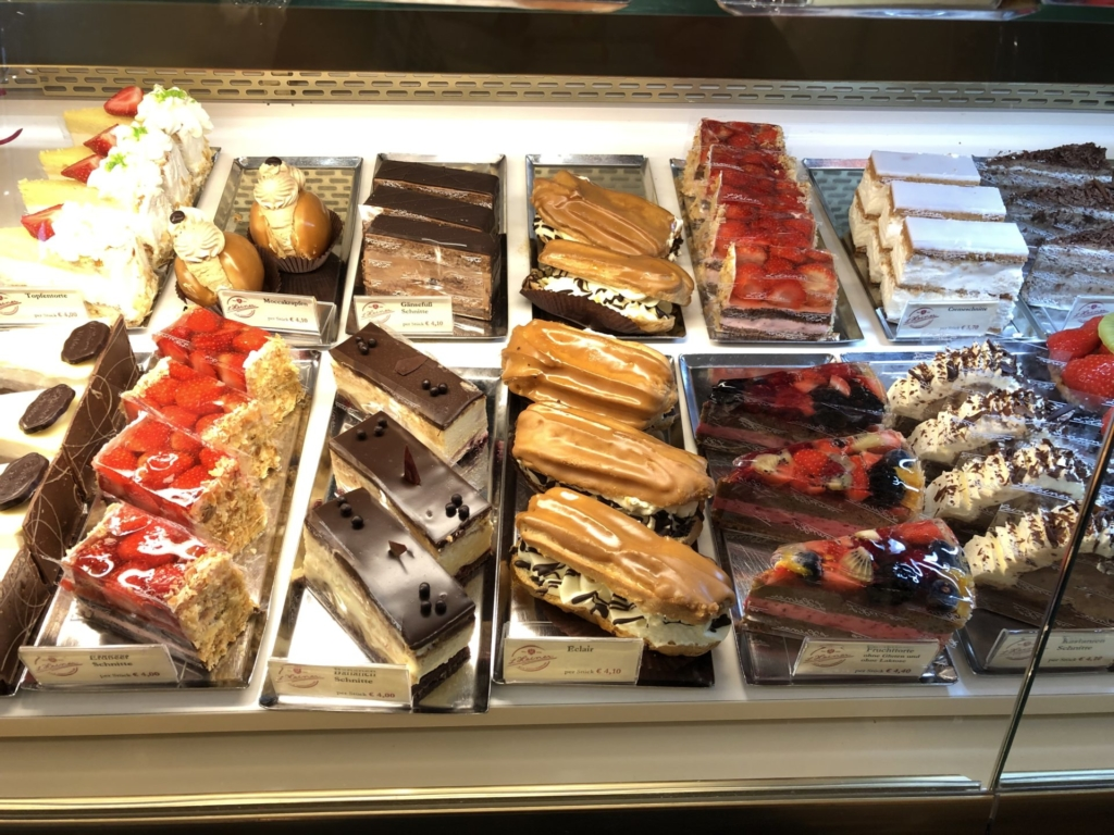 Heiner(ハイナー)のフルーツケーキやチョコケーキ、エクレアが並ぶショーケース