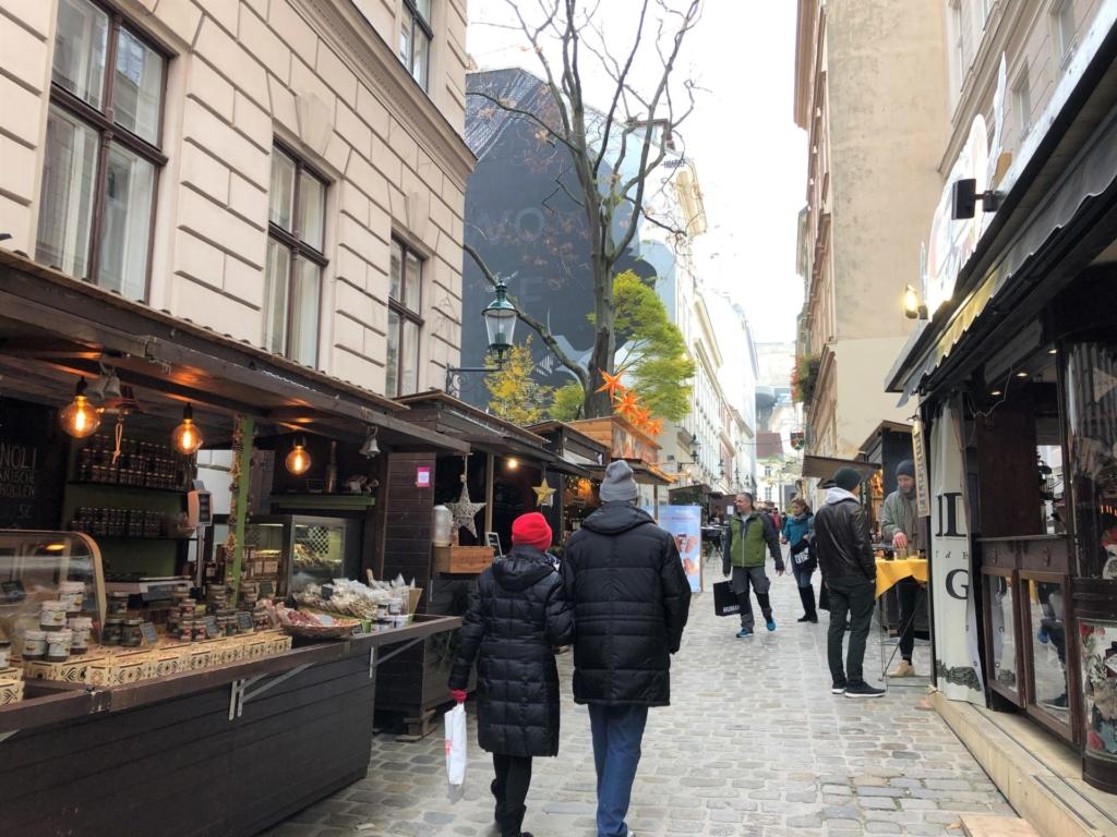 ウィーンのクリスマスマーケットを歩く夫婦