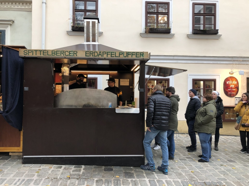 シュピッテルベルクのポテトパンケーキ屋に並ぶお客さん