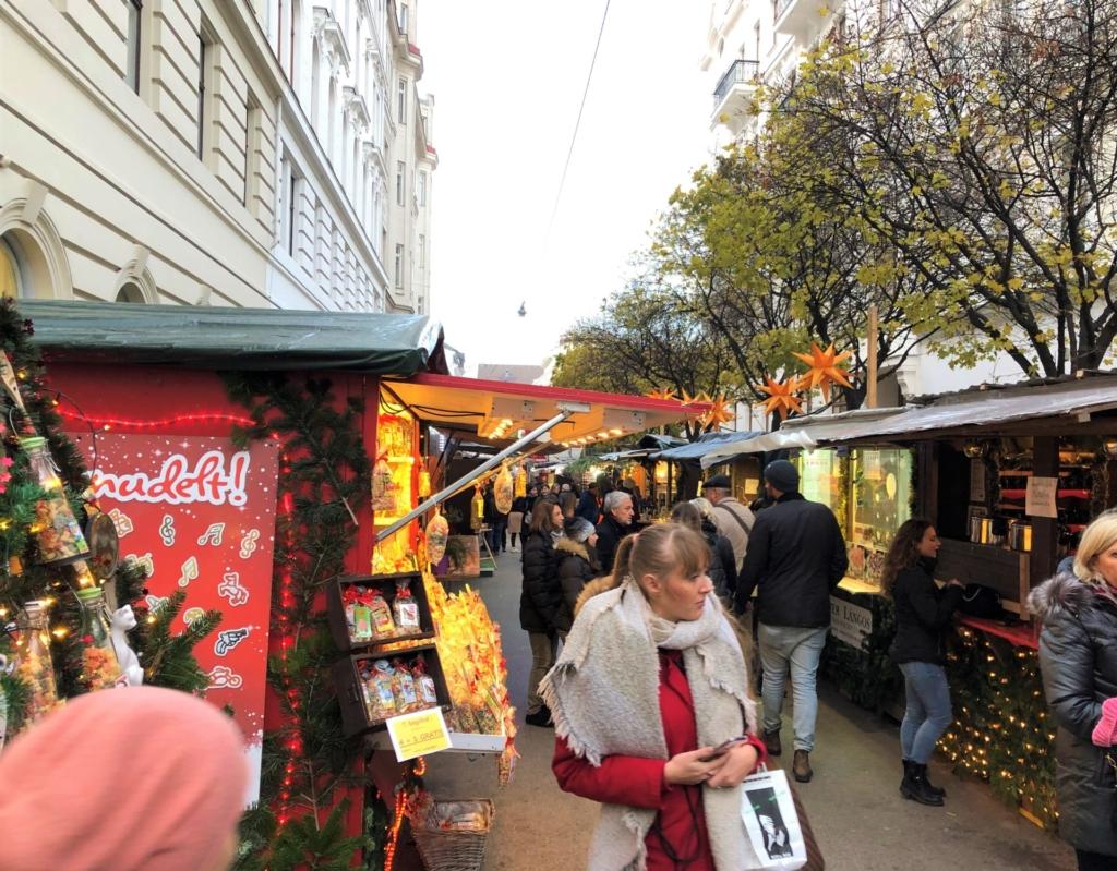 狭い路地にあるウィーンのクリスマスマーケット