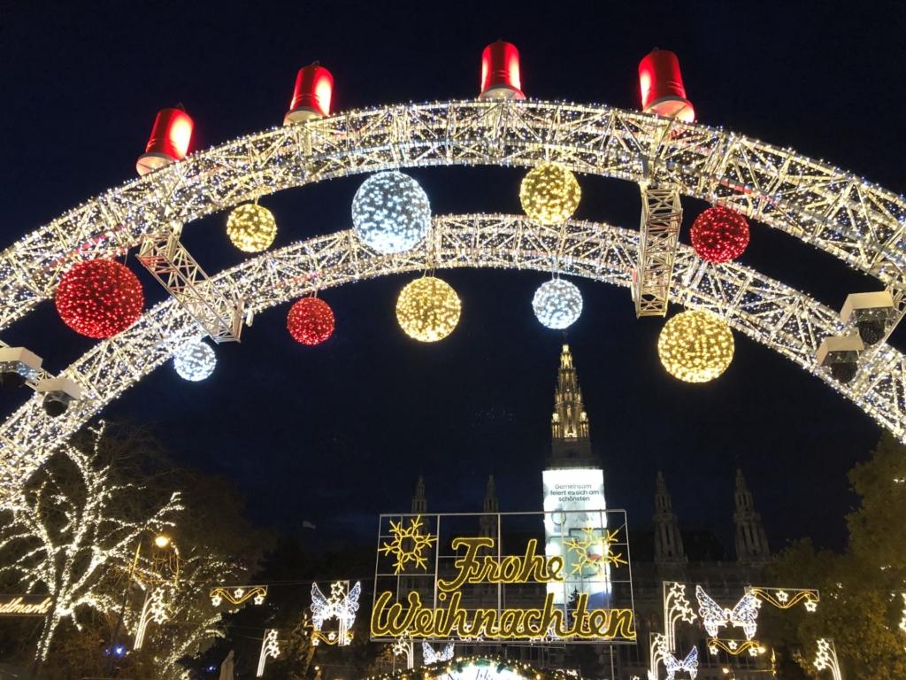 クリスマスマーケットの電飾された入り口