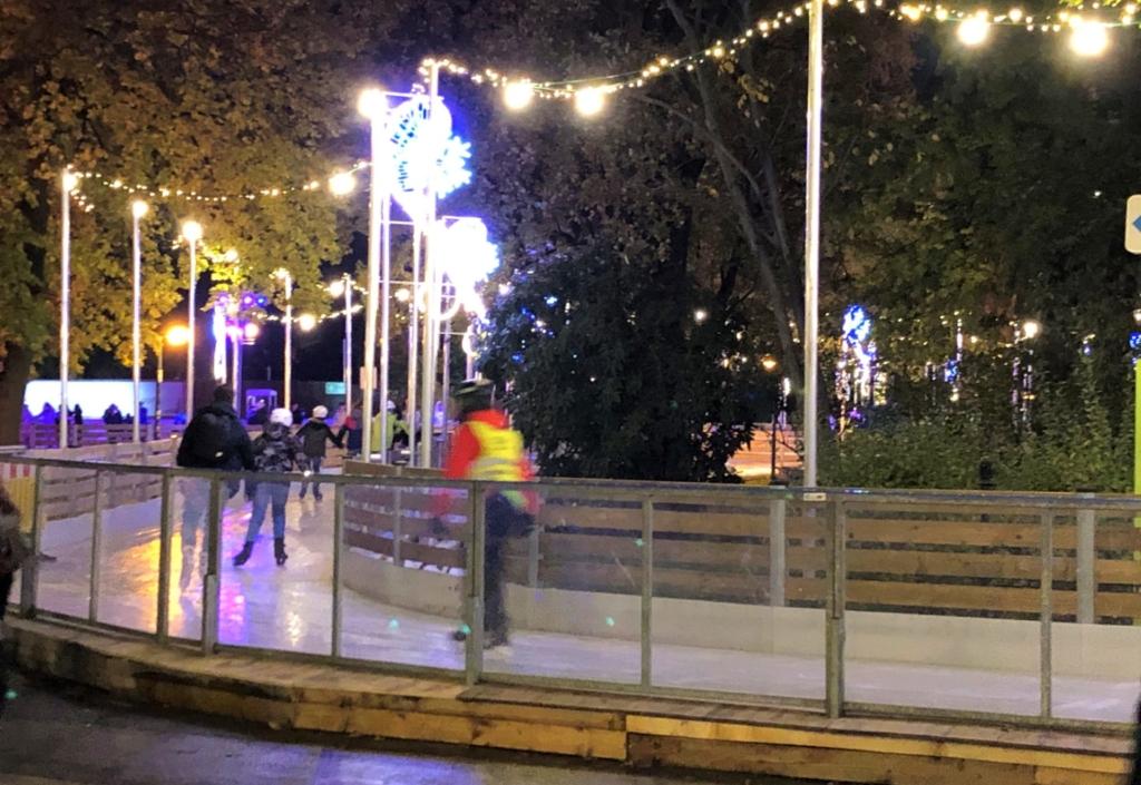 クリスマスマーケットのスケート場