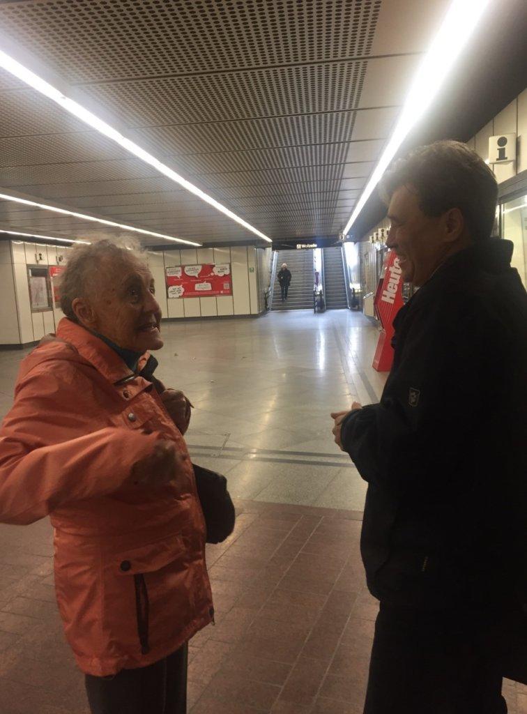 ウィーンの老女と話す男性