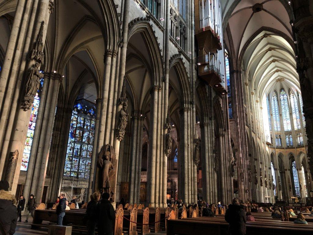 ケルン大聖堂の内観と柱とパイプオルガン