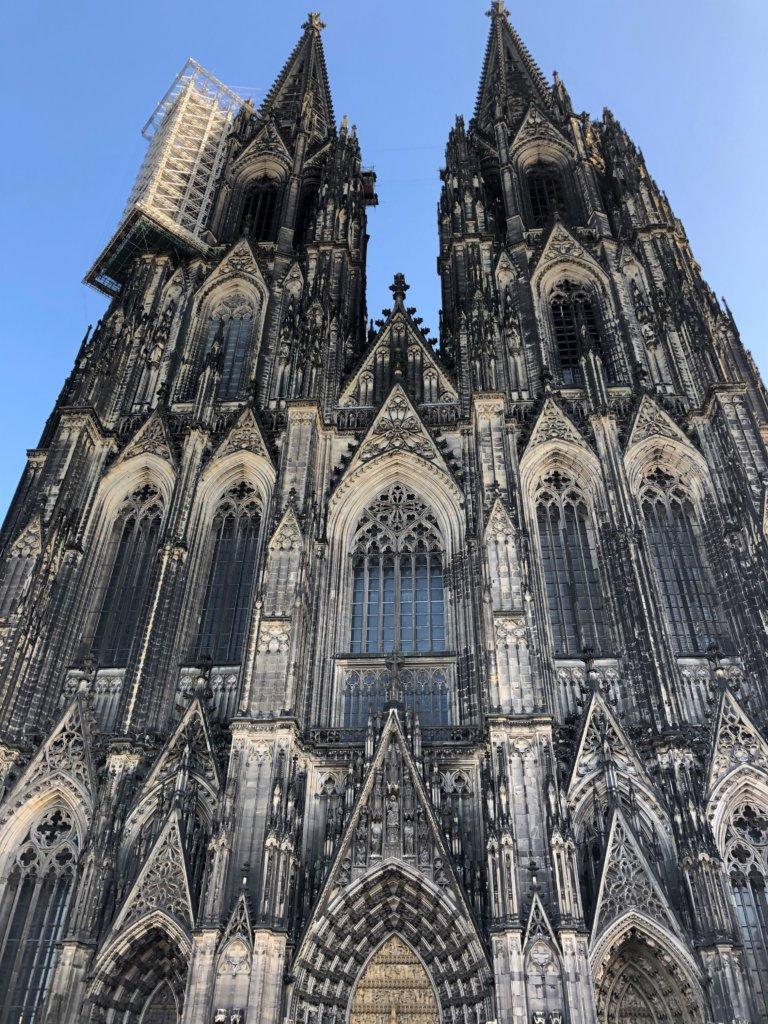 ケルン大聖堂の2つの塔と入り口