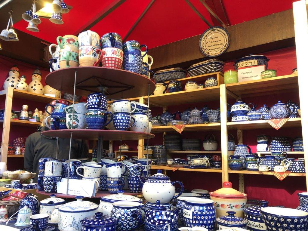 ドイツクリスマスマーケットのポットやマグカップを売る屋台