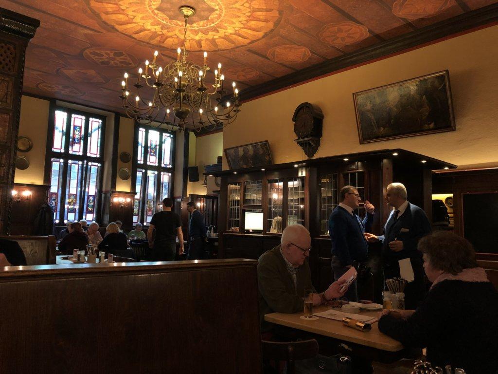 ドイツの地ビールレストランFRÜH am Domの内観