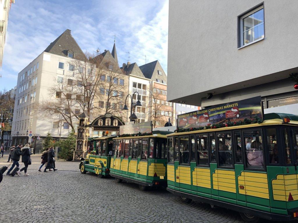 クリスマスマーケット内の観光用のミニ電車