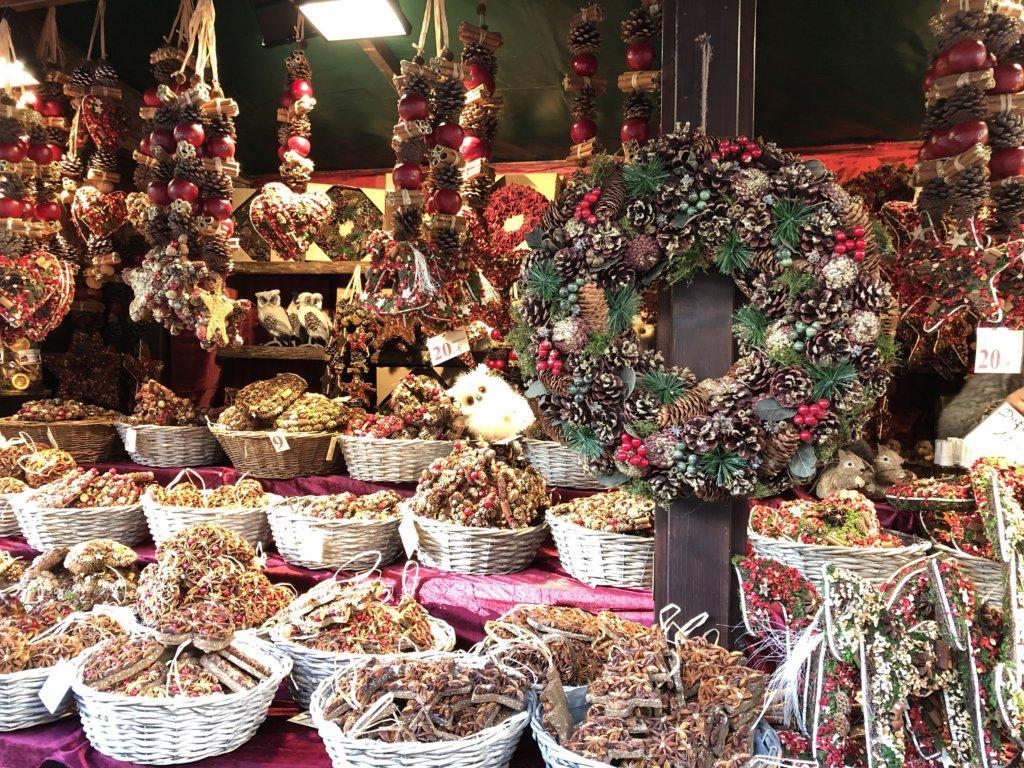 ドイツクリスマスマーケットのリースや自然素材のオーナメント