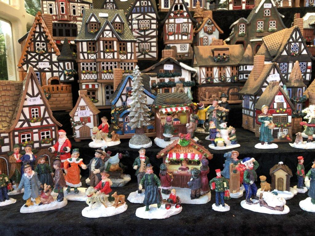 クリスマスマーケットのドイツの陶器の置物