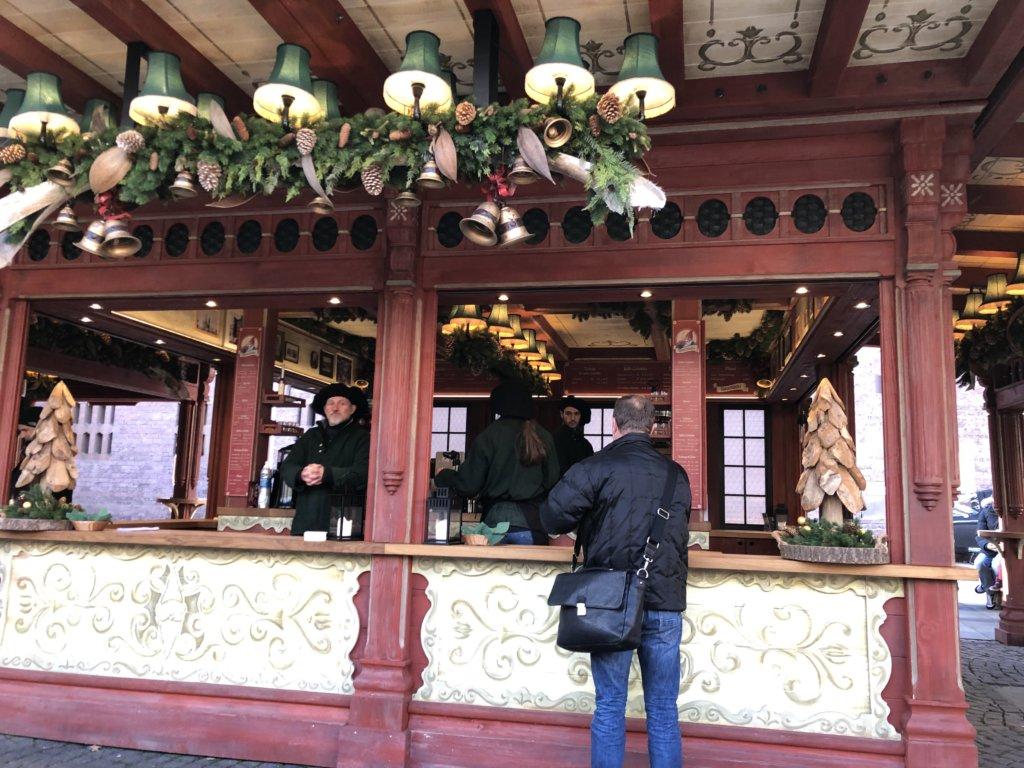 クリスマスマーケットの屋台とお客さん