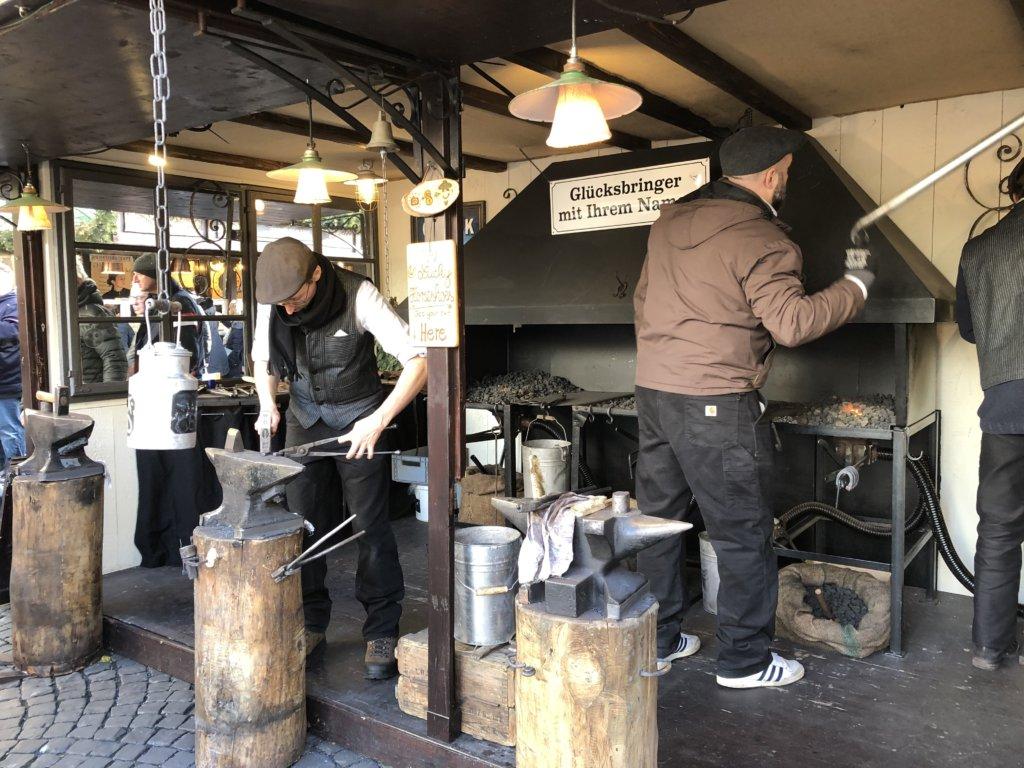 ドイツクリスマスマーケットの鍛冶屋と職人