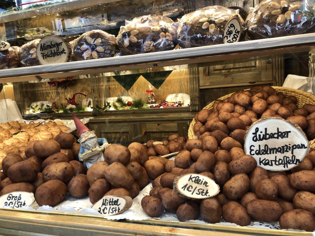ドイツクリスマスマーケットのじゃがいもの形をしたお菓子