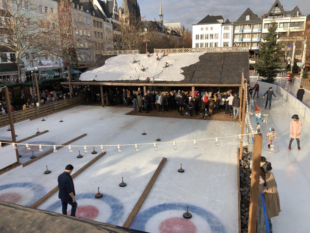 ドイツクリスマスマーケットのスケートリンクとカーリング