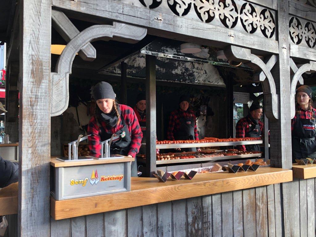 ドイツクリスマスマーケットのソーセージを焼く屋台