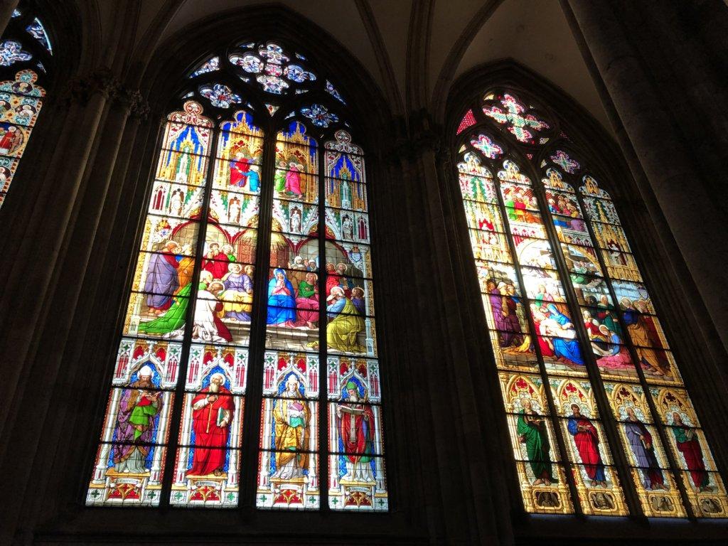 ケルン大聖堂の聖人のステンドグラス