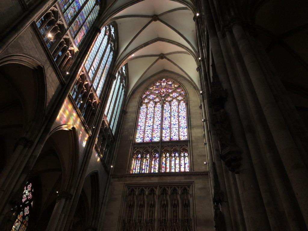 ケルン大聖堂の幾何学模様のステンドグラス