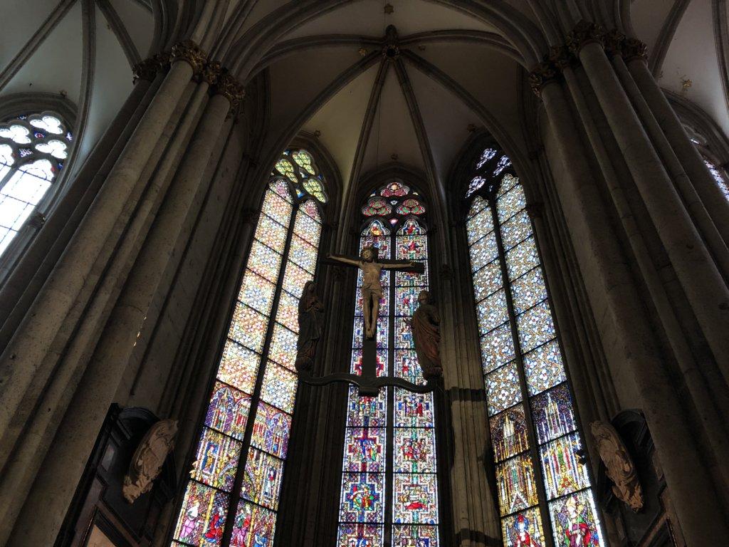 ケルン大聖堂のステンドグラスとキリスト像