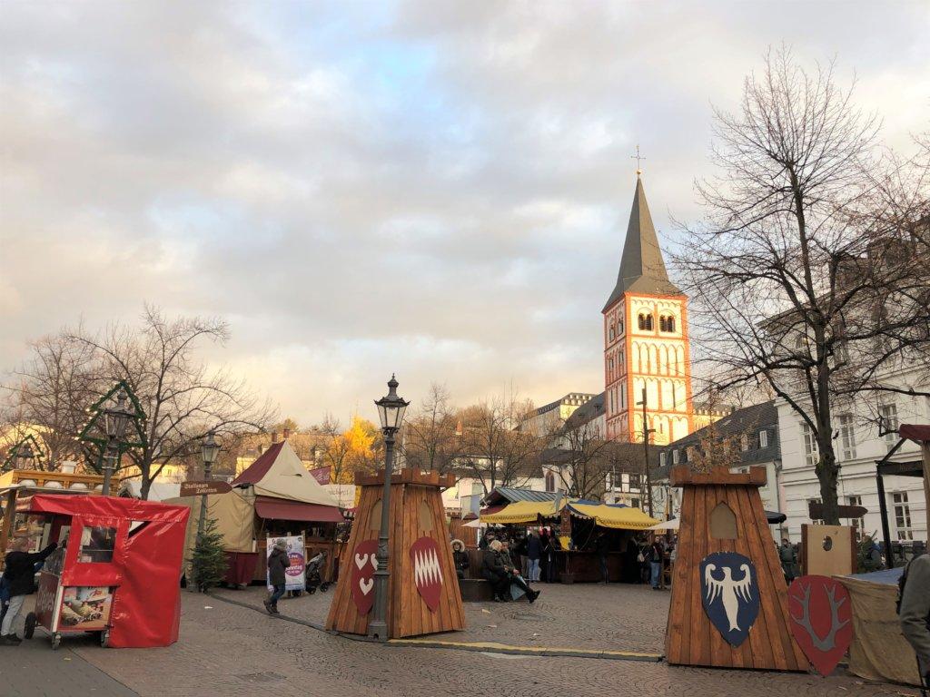 Siegburg(ジークブルク)クリスマスマーケットの入り口と教会
