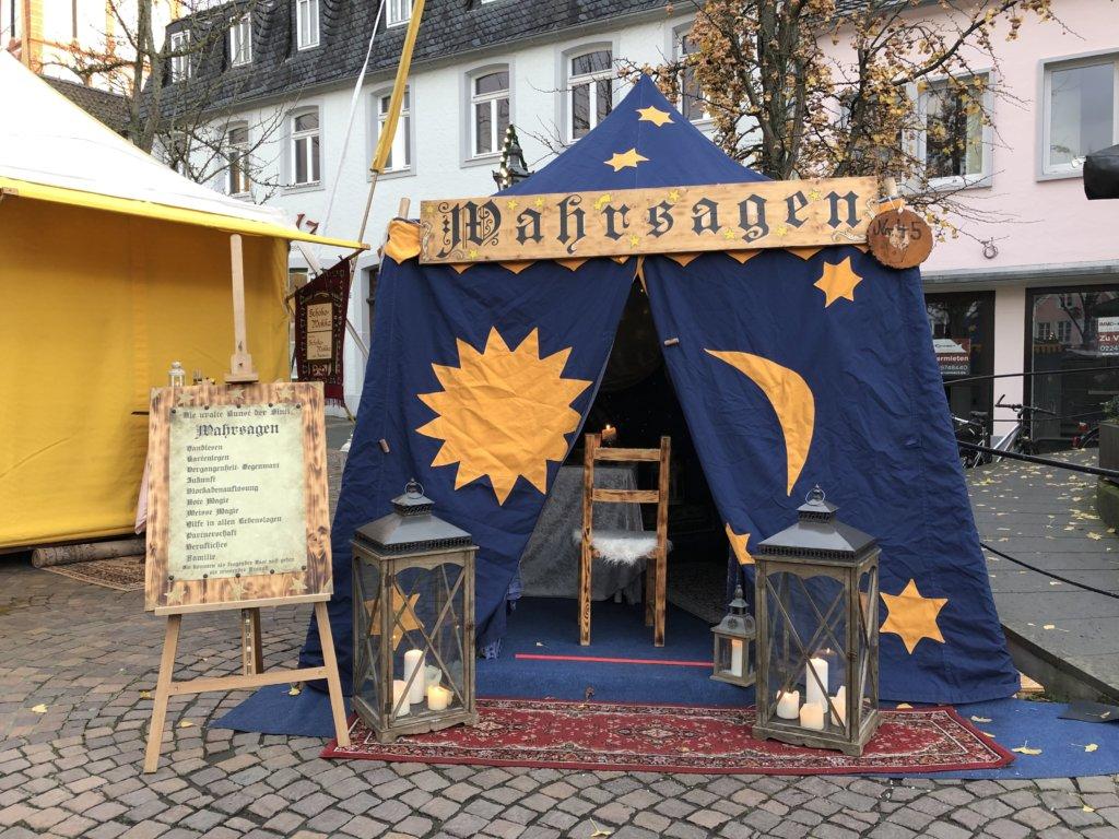 星と付きが描かれた占いの館の青いテント