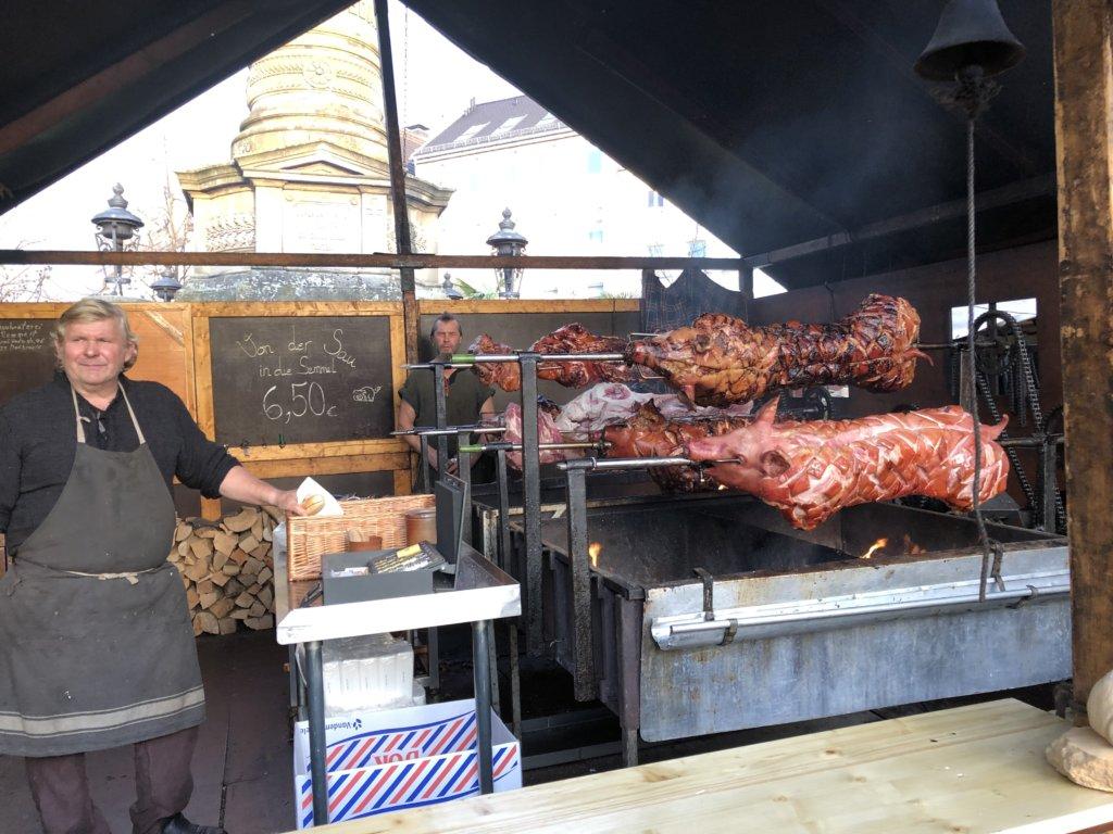 Siegburg(ジークブルク)クリスマスマーケットの豚の丸焼きとおじさん