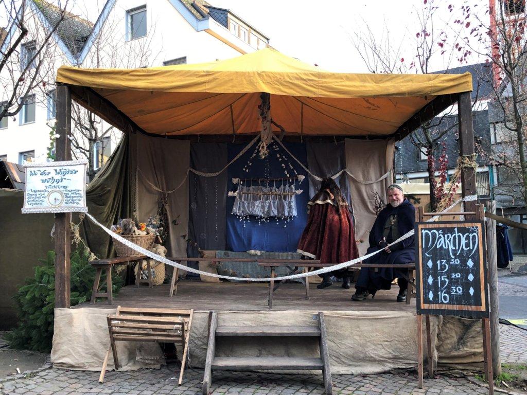 Siegburg(ジークブルク)クリスマスマーケットの舞台に座る男性