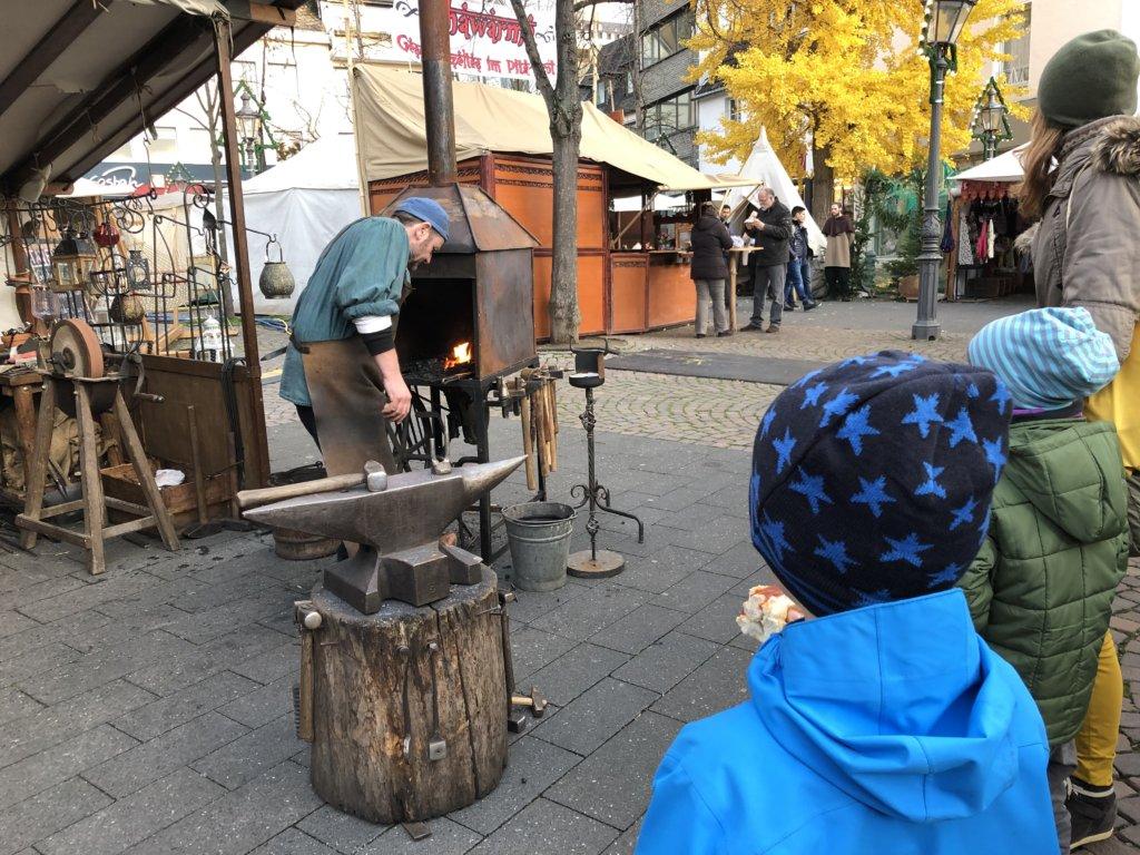 中世のクリスマスマーケットの鍛冶屋