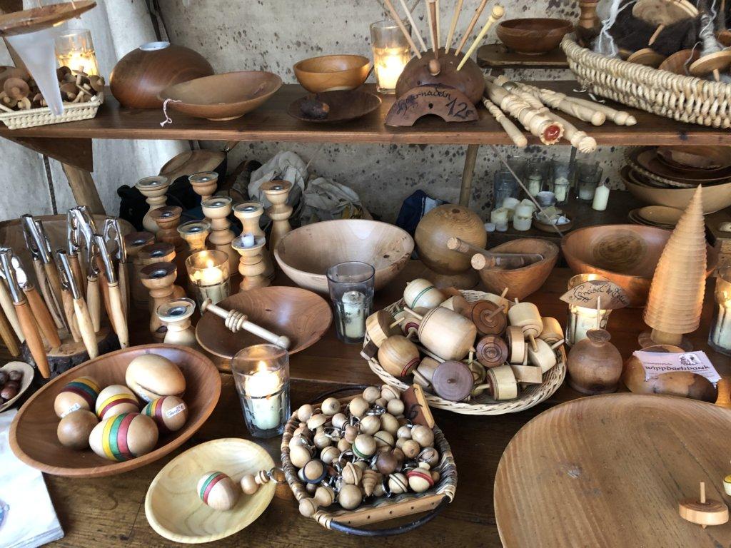 中世のクリスマスマーケットの木工屋の駒や蝋燭立て