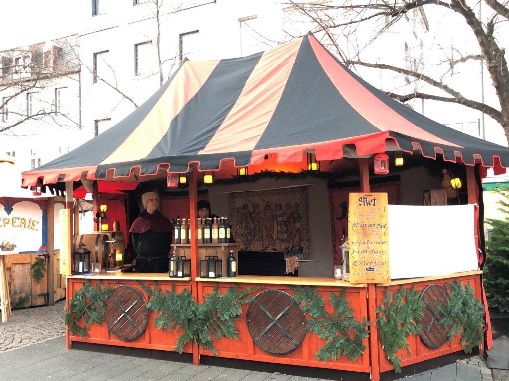 中世の格好をした人が売るクリスマスマーケットの酒屋