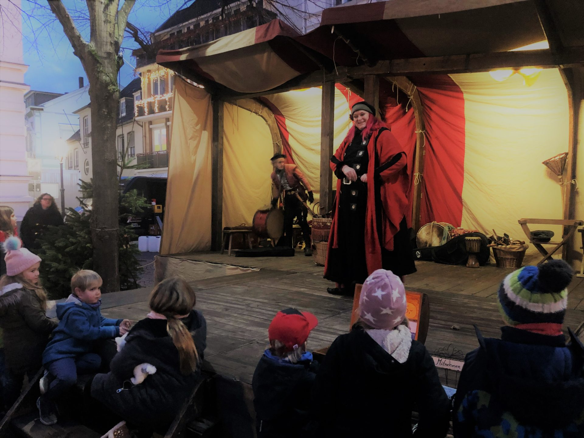 クリスマスマーケットの舞台で歌う女性