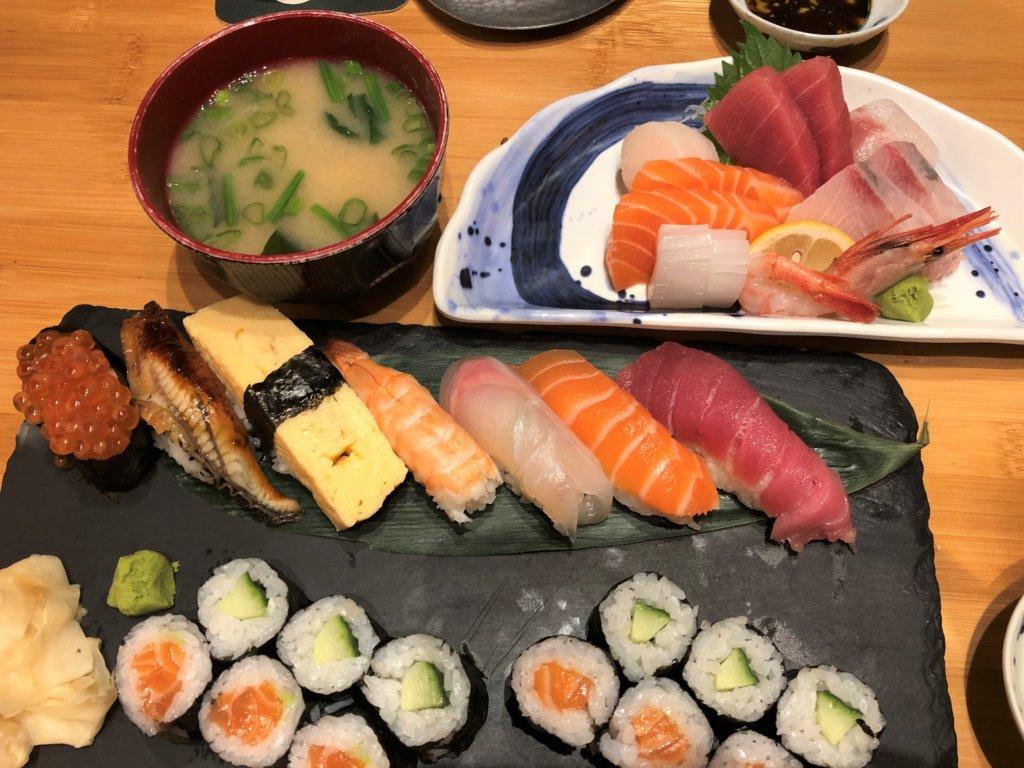 ドイツ和食店のお寿司の盛り合わせと刺身の盛り合わせ