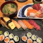 お寿司の盛り合わせと刺身の盛り合わせ