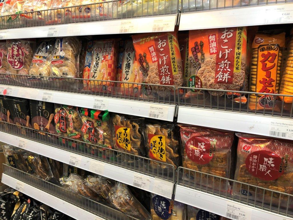 ドイツのスーパーマーケットの20種類以上のせんべい