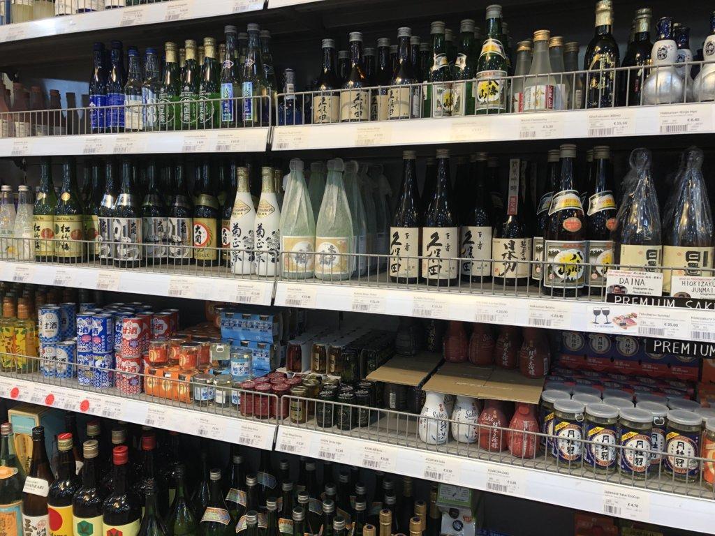 ドイツのスーパーマーケットの20種類以上の日本酒コーナー