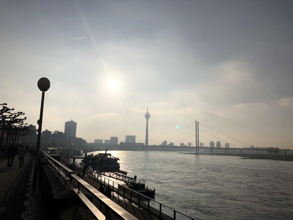 デュッセルドルフとライン川とラインタワー