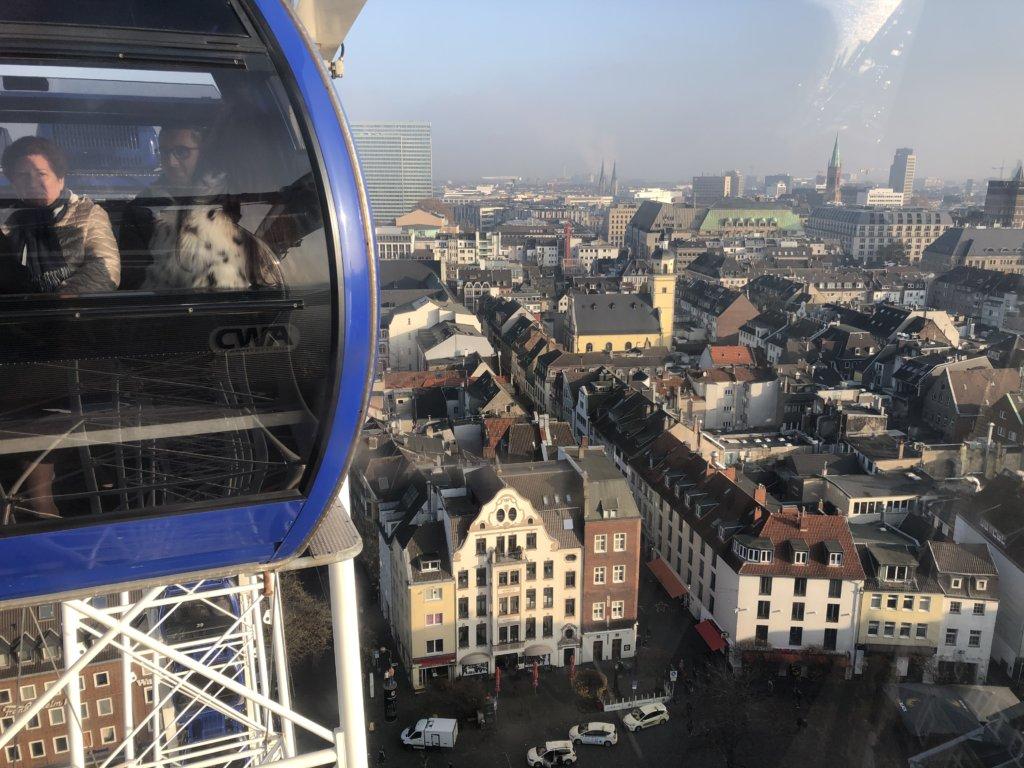 観覧車と観覧車から見たデュッセルドルフの街並み