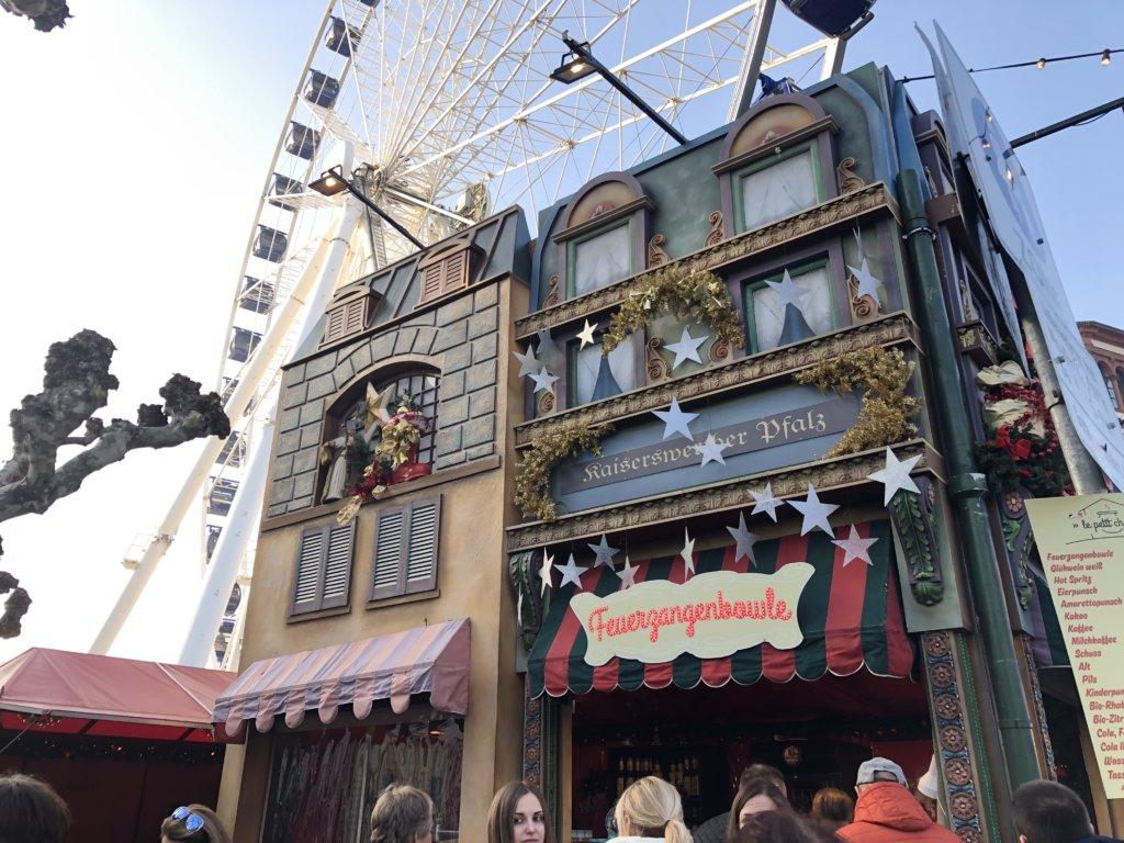 観覧車とクリスマスマーケットの屋台
