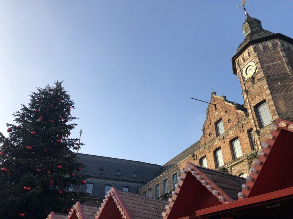 ドイツクリスマスマーケットのクリスマスツリーと建物