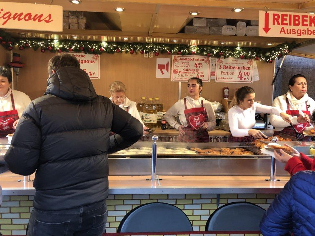 ドイツクリスマスマーケットのポテトパンケーキ