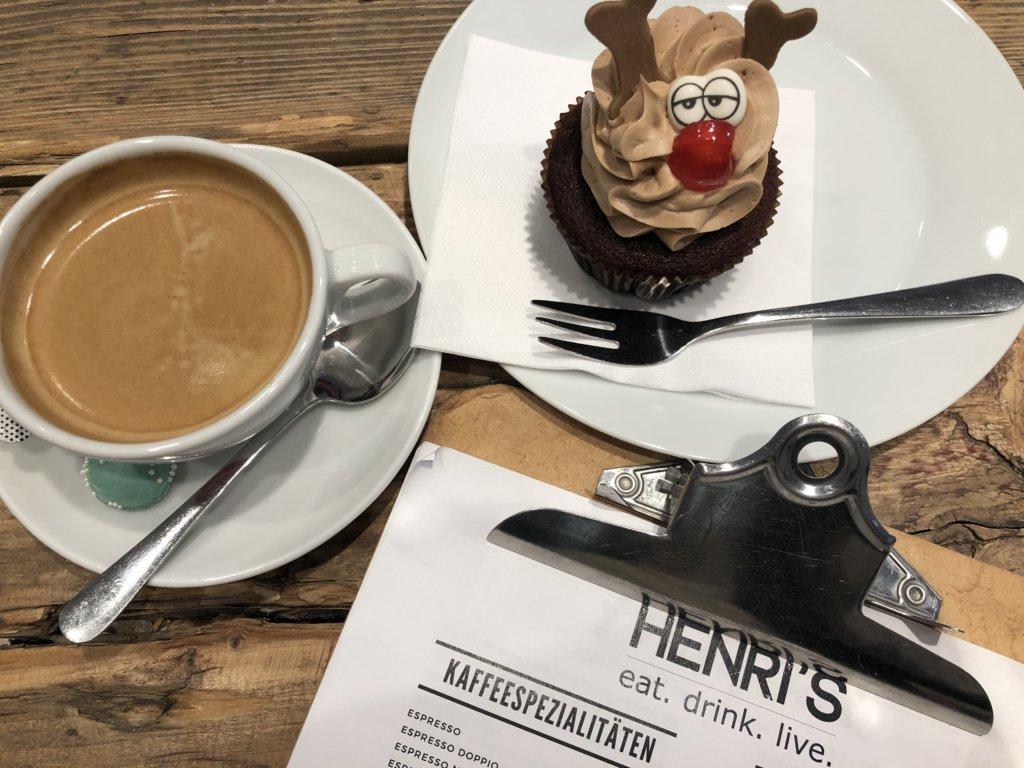 Henri's Caféのカップケーキとコーヒー
