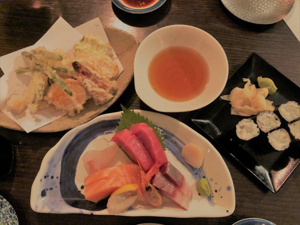 ドイツ和食店の刺身盛り合わせ、天ぷら、細巻き