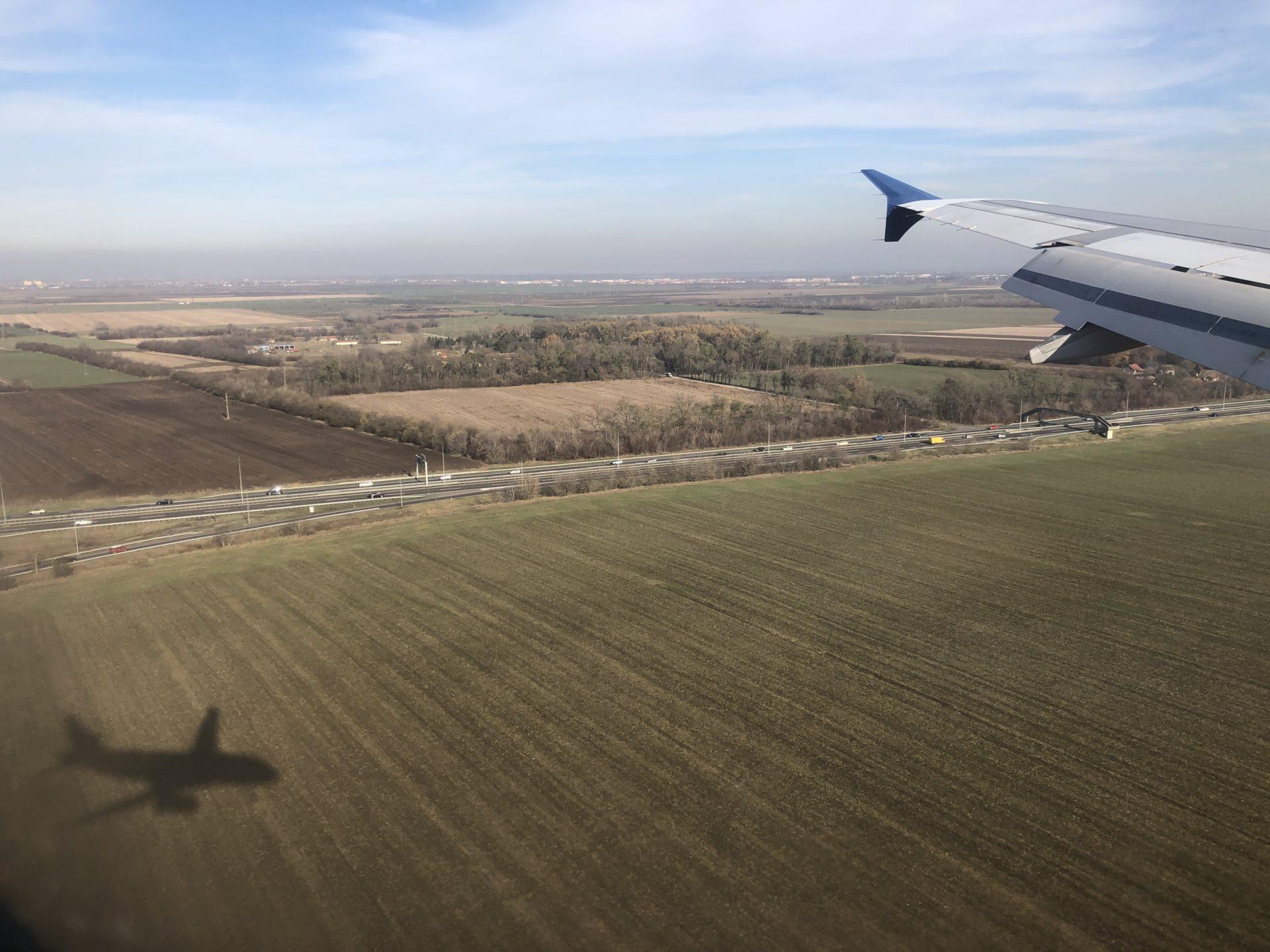 畑に写る飛行機の影